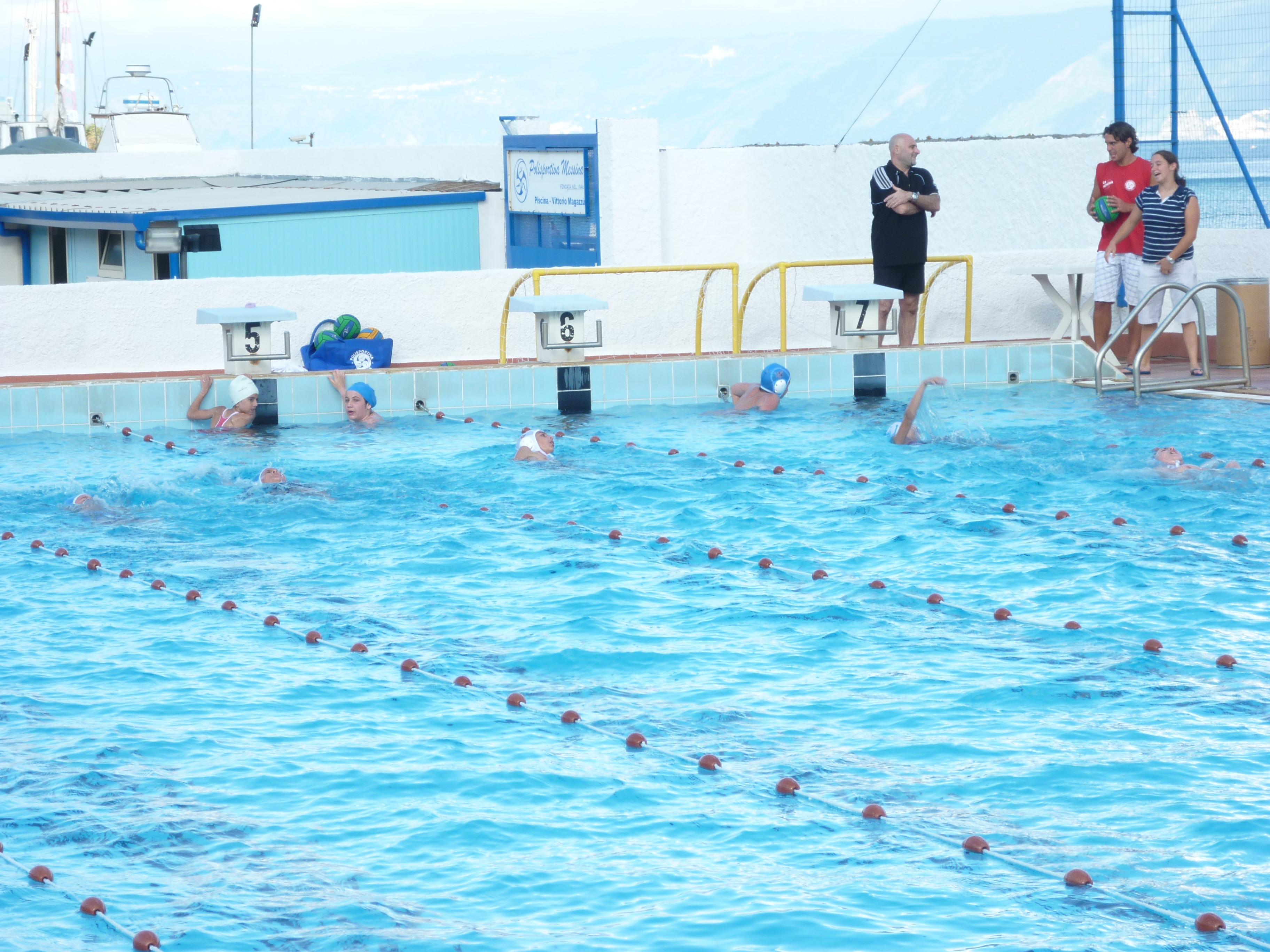 Una piscina attrezzata a pochi metri dalle acque dello stretto - Piscina gonfiabile 2 metri ...